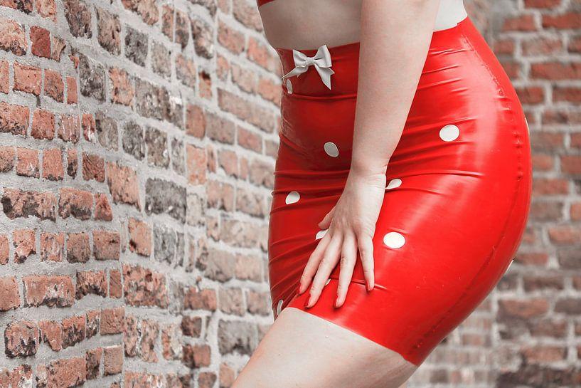 Sexy sensueel rood latex mini rokje. Mode, kleding, vintage van Bobsphotography