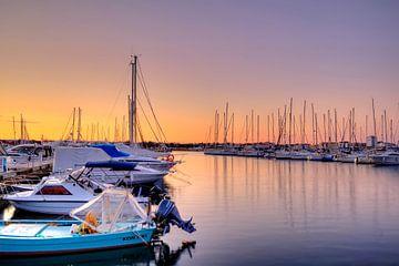Die Sonne geht auf am Hafen