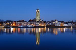 Skyline van Deventer aan de IJssel in de avond van