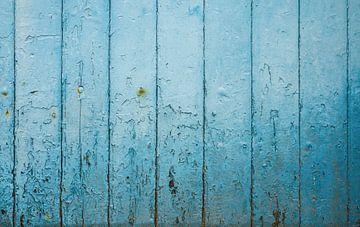 Verwittertes Scheunentor mit blauen Brettern von Ricardo Bouman