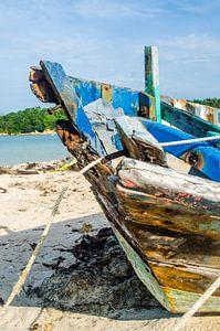 Gestrand bootje op een tropisch eiland van Satur8 .nl