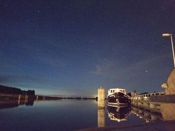 sterren hemel boven het water van
