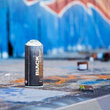 Spraydose mit Farbe vor einer besprühten Wand in Magdeburg von Heiko Kueverling