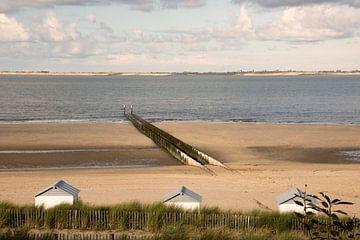 Golfbrekers aan het strand van Breskens van Adriana Zoon