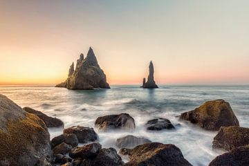 Reynisdrangar Klippen am schwarzen Sandstrand, Vik, Island von Dieter Meyrl