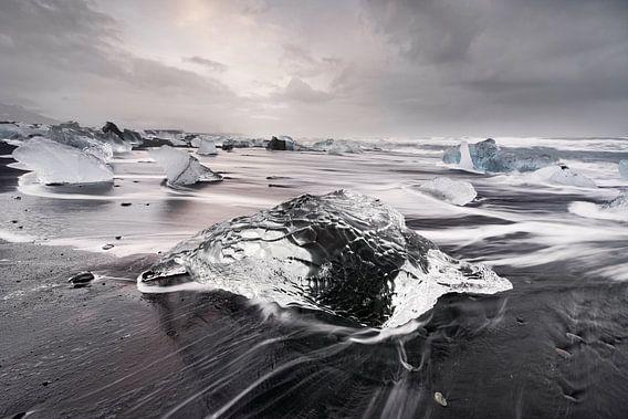 Eisblock am schwarzen Strand