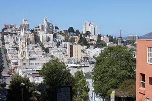 Gezicht op San Francisco met de katholieke kerk San Francisco Saint Paul en de Golden Gate Bridge