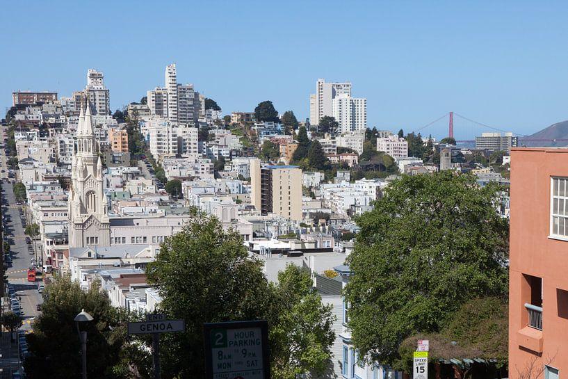 Gezicht op San Francisco met de katholieke kerk San Francisco Saint Paul en de Golden Gate Bridge van t.ART