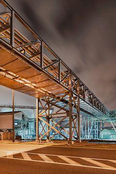 Pipeline Brug oversteken van een weg dans de buurt van de raffinaderij dans de nacht, Antwerpen sur Tony Vingerhoets