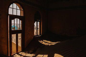 De ramen van een ruïne in spookstad Kolmanskop van Maartje Kikkert