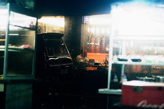 Eenzame man in restaurant terwijl het buiten regent