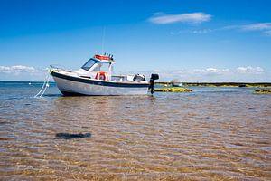 Boot op strand met water van Youri Mahieu