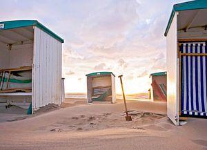Schep tussen strandhuisjes
