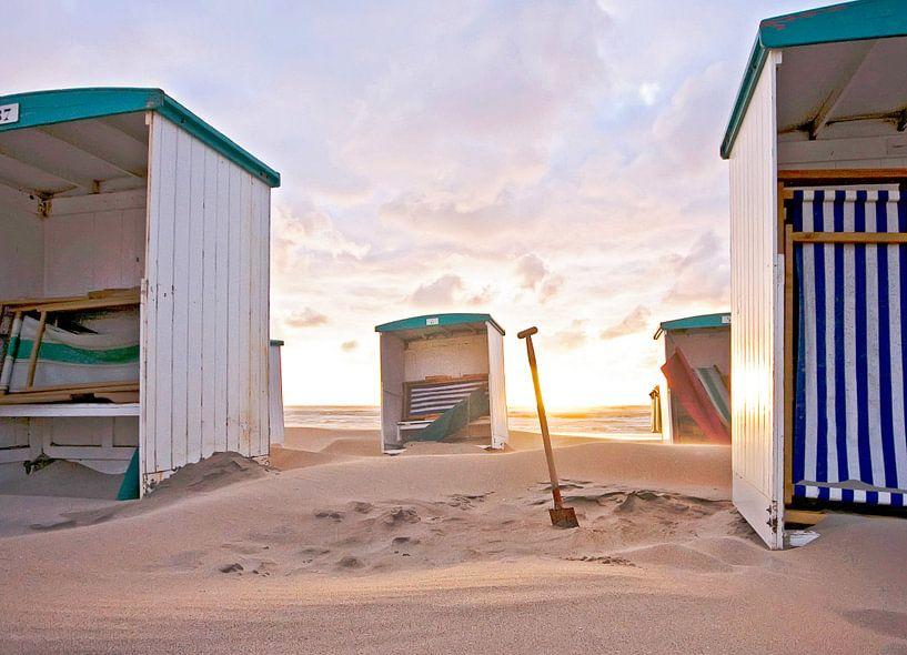 Schep tussen strandhuisjes van Dirk van Egmond