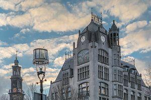 Jugendstil gebouw Astoria in Amsterdam lijkt op te gaan in wolken