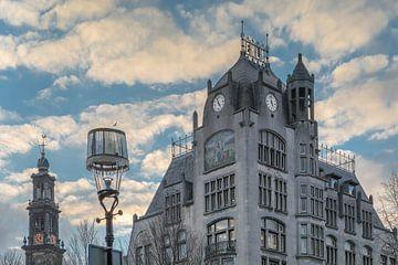Jugendstil gebouw Astoria in Amsterdam lijkt op te gaan in wolken van Suzan Baars