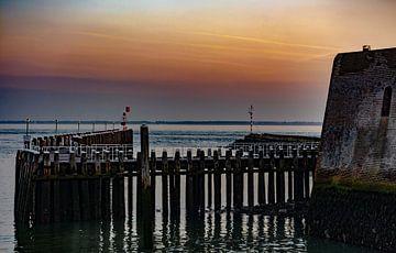 Steiger met zonsondergang. van Martine Moens
