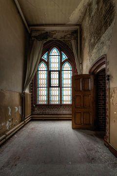 Glas in Lood ramen in een gang van een oud klooster van Sven van der Kooi