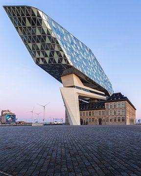 Het havenhuis van Antwerpen tijdens zonsopkomst van OCEANVOLTA