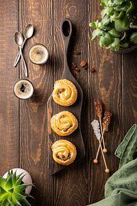 Leckeres Frühstück mit Kaffeebrötchen und Kaffee