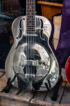 Utrecht - weerspiegeling in gitaar van Wout van den Berg