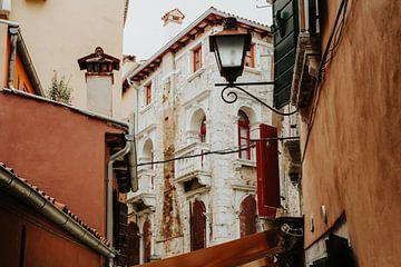 Straßen von Rovinj, Kroatien | Farbenfrohe Reisefotografie von Trix Leeflang