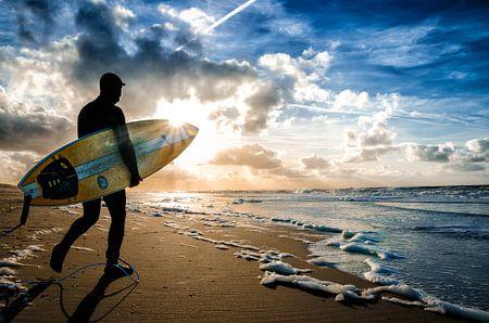 Surfer im Herbst auf Texel