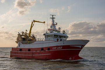 Vissersschip voor Harlingen van scheepskijkerhavenfotografie