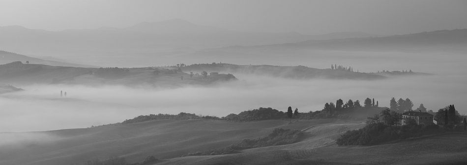 Monochrome Tuscany in 6x17 format, ochtendmist nabij San Quirico D'orcia II van Teun Ruijters