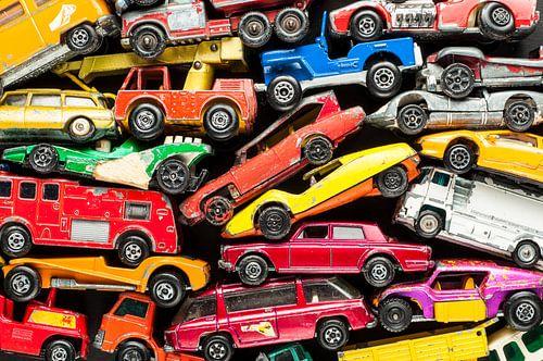 Stapel von bunten Spielzeugautos