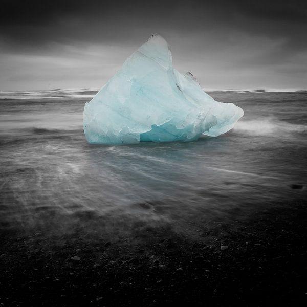 Iceblock Cemetery - Iceland van Arnold van Wijk