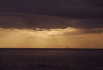 Hemels licht door wolken op zee van MM Imageworks