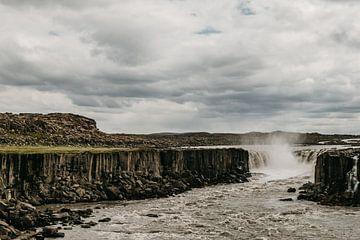 Isländische Landschaft | Wasserfall | Roadtrip von Floor Bogaerts