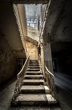 Escalier dans le vieux bâtiment sur Inge van den Brande