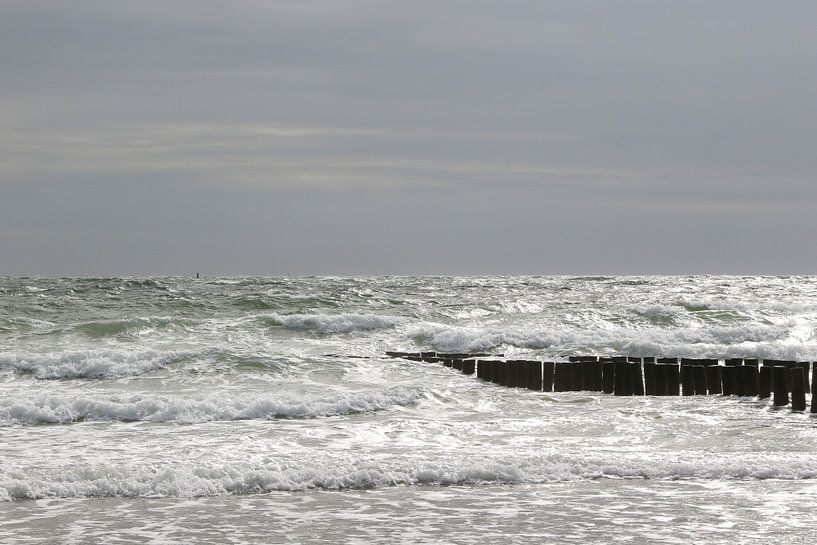 golfbrekers met zee in zeeland van Frans Versteden