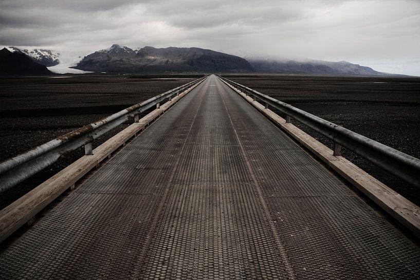 Brug over zandvlakte Skeiðarársandur, IJsland van Roel Janssen