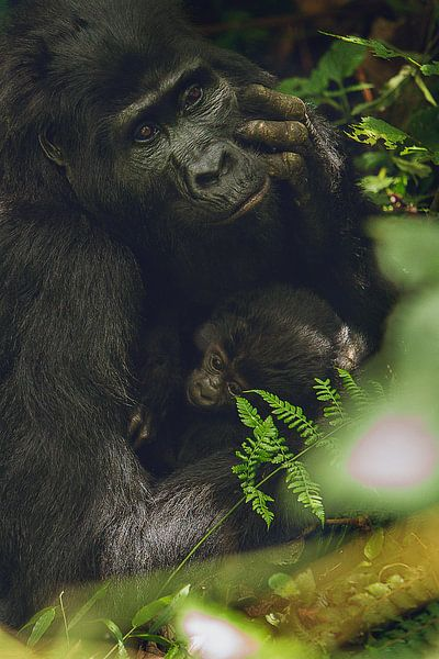 Liefhebbende moeder met baby van Geke Woudstra