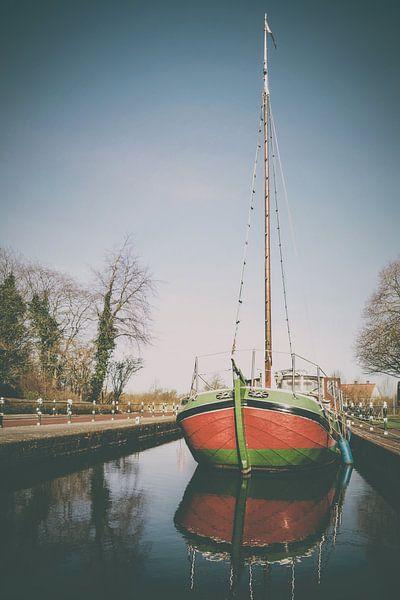 Ein historisches Segelschiff in Westgroßefehn in Ostfriesland von Edith Albuschat