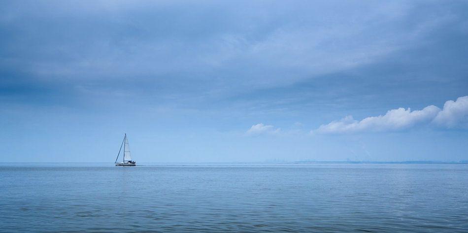 Zeilen op een lege zee