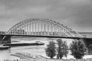 Waalbrug met schepen  in zwart/wit