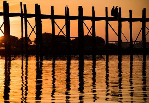 Zonsondergang bij de Bein brug Myanmar met monnik silhouetten von