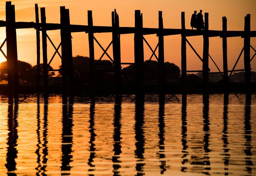 Zonsondergang bij de Bein brug Myanmar met monnik silhouetten