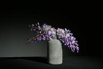Blauer Regen in Vase Stillleben von Herman Peters