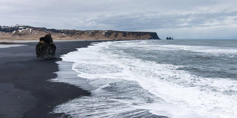 Black Sand Beach bij  Vik, IJsland van Hans Brinkel