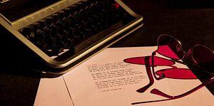 Typemachine met roze bril