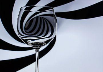 Abstract - silhouet achter wijnglas von Erik Bertels