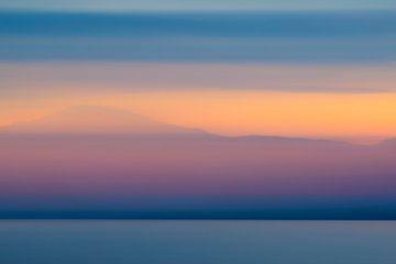 Abstrakter Sonnenuntergang mit Winterfarben über der Vestfjord Flosse Norwegen von Sjoerd van der Wal