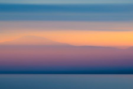 Abstrakter Sonnenuntergang mit Winterfarben über der Vestfjord Flosse Norwegen