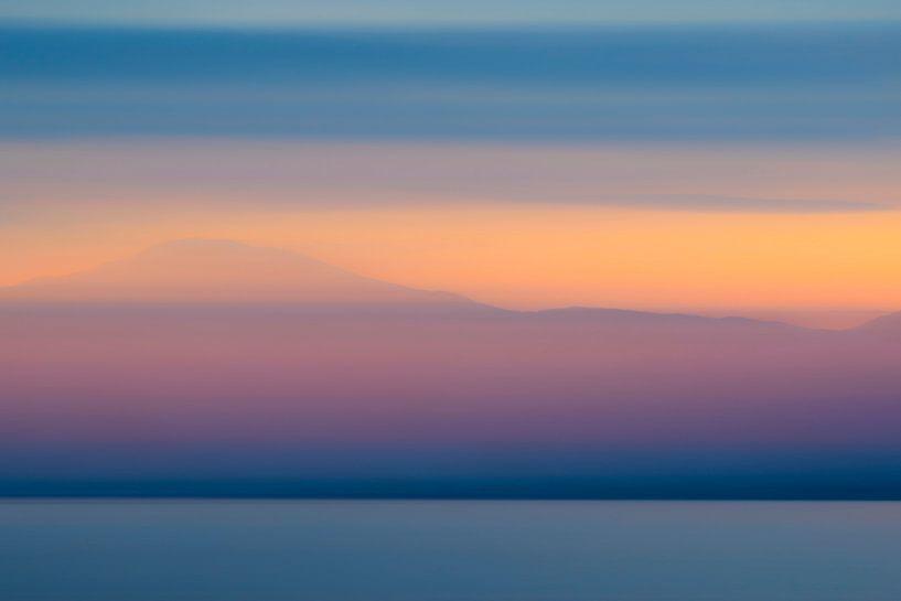 Abstracte zonsondergang met winterkleuren over het  Vestfjord in Noorwegen van Sjoerd van der Wal