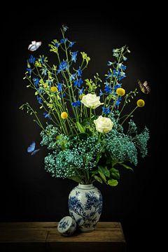 Stilleven: Boeket bloemen in een Delfts blauwe vaas